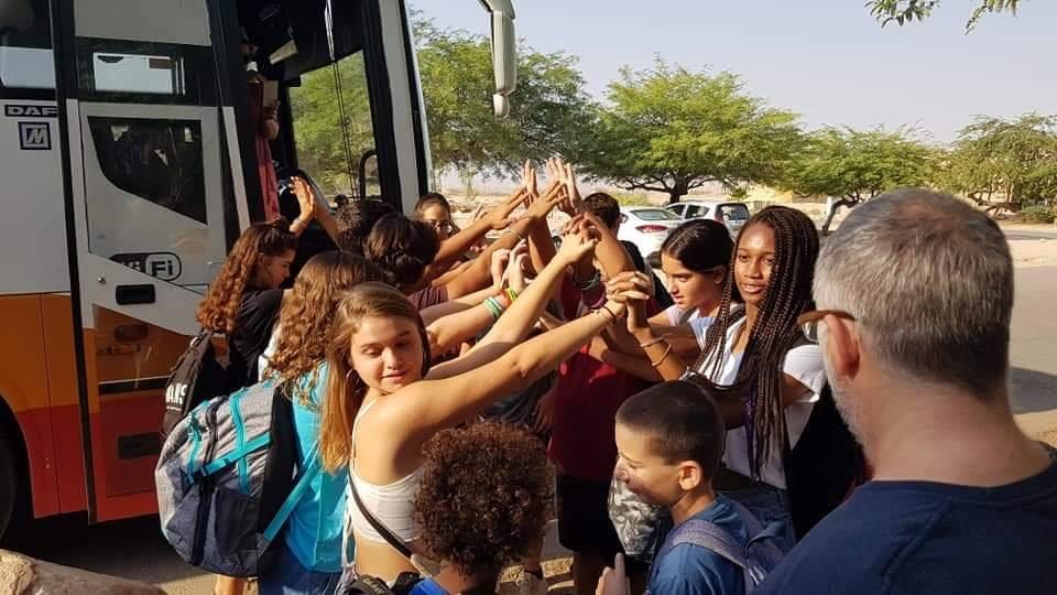 ילדים עולים לאוטובוס בקיבוץ לוטן