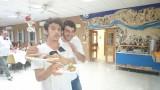 המלצר מגיש את האוכל
