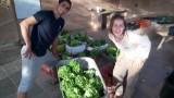 אנשים עם סלי ירקות