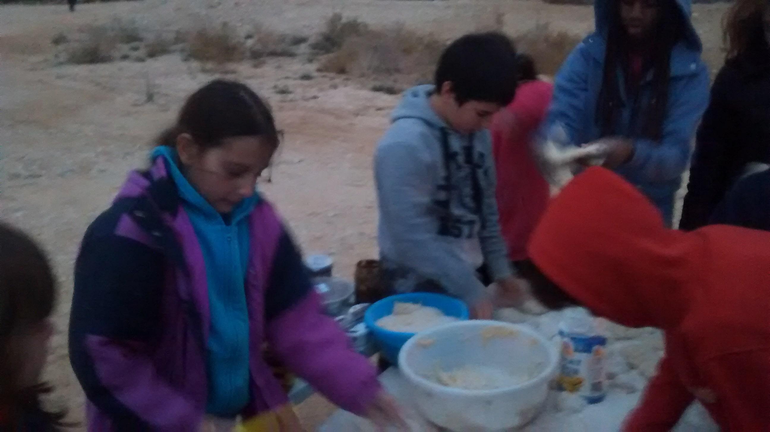 ילדים מכינים פיתות