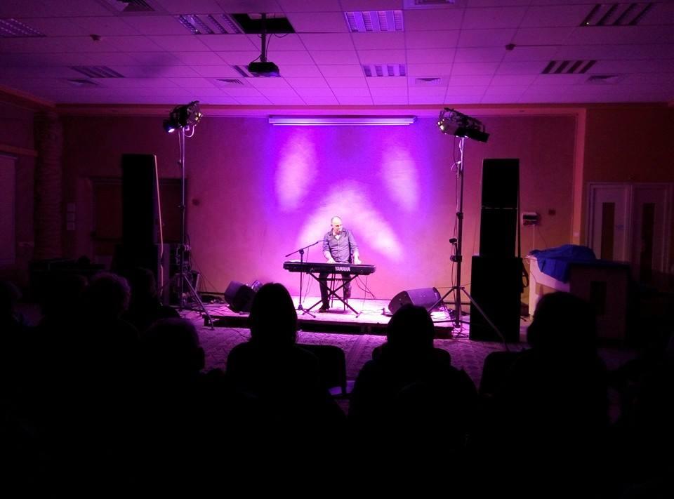 אריאל הורביץ מנגן בפסנתר