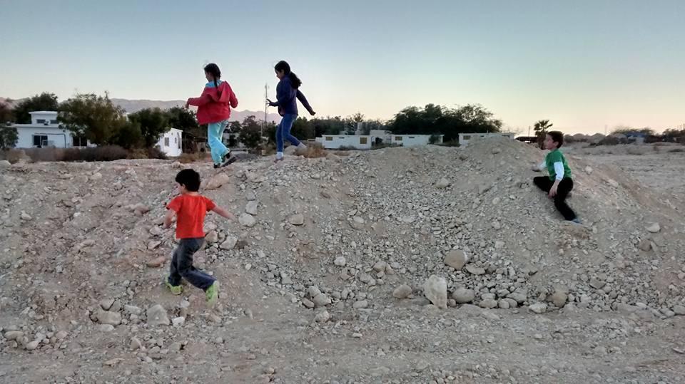 ילדים משחקים בחוץ